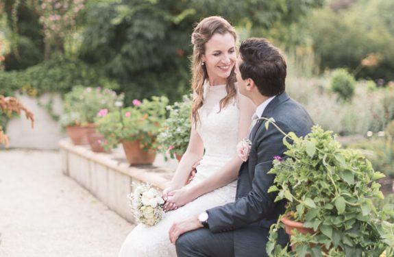 Se marier dans une grange : les Jardins de Coursiana, photo de couple des mariés