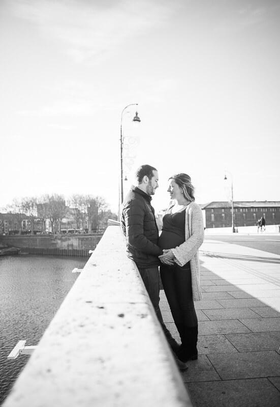 Couple de futurs parents sur le Pont Neuf à Toulouse