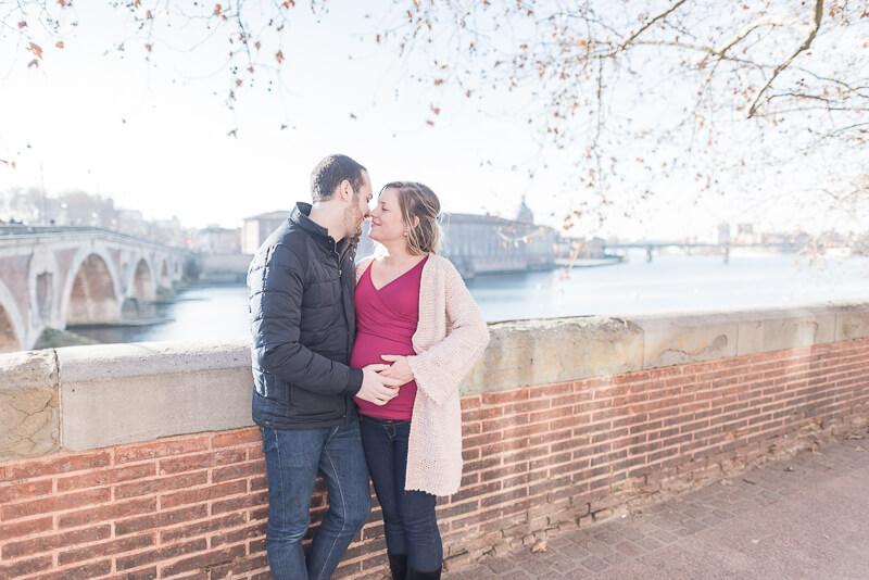 Photo de femme enceinte près du Pont Neuf et de l'Hôtel Dieu à Toulouse