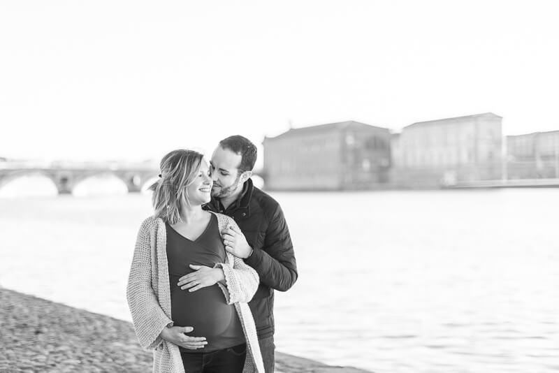 Couple de futurs parents sur le Pont Saint Pierre à Toulouse