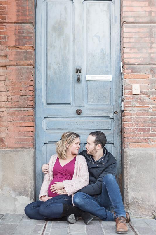 Photographe de couple de futurs parents en extérieur à Toulouse en hiver