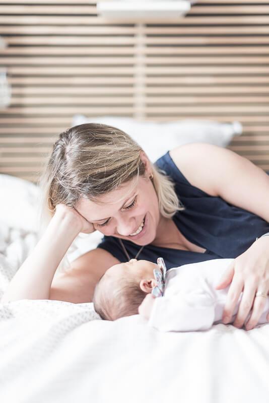 Photo naturelle de bébé et sa maman pendant une séance photo de naissance à Toulouse