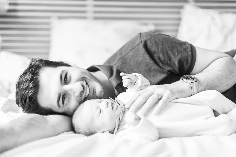 Photo naturelle de papa et bébé pendant une séance photo de naissance à Toulouse