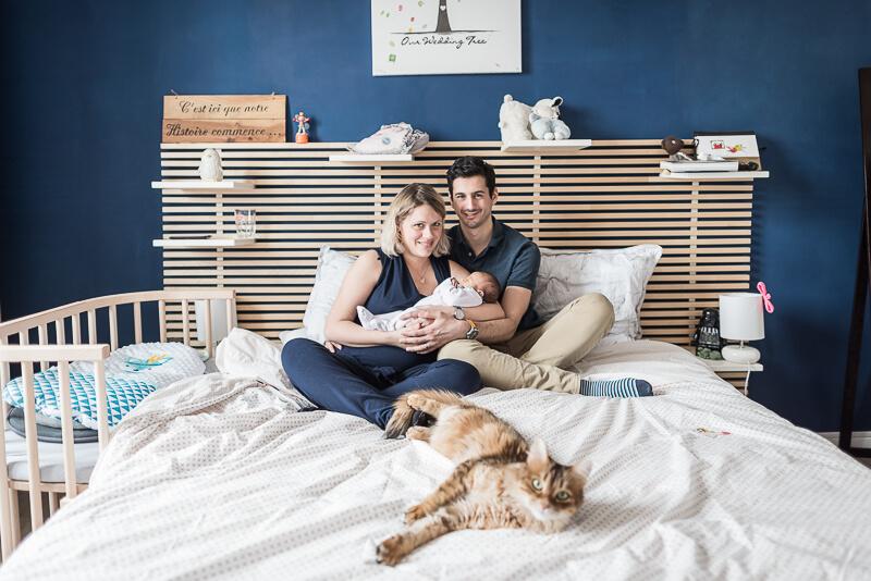 Photo de naissance à domicile à Toulouse dans la chambre parentale avec le chat