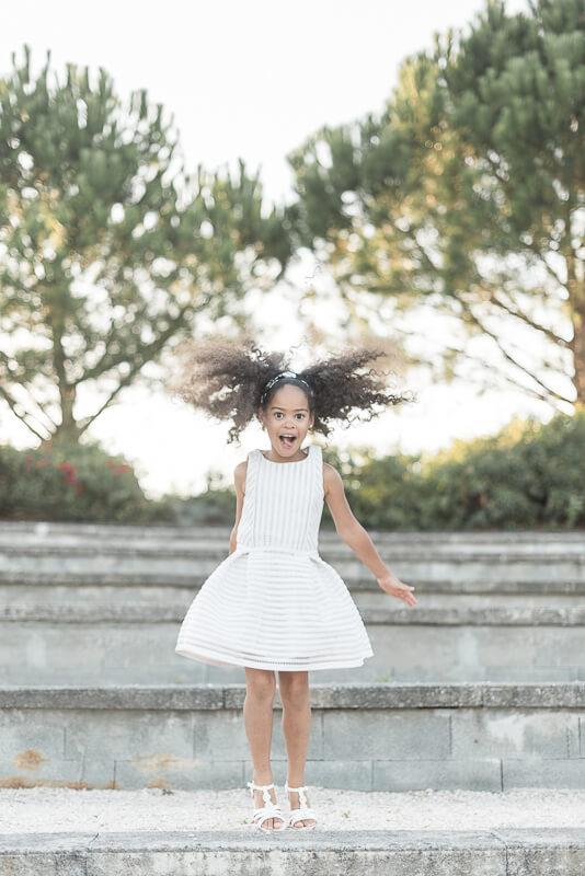 Photo d'enfant joyeuse et dynamique à Toulouse en extérieur