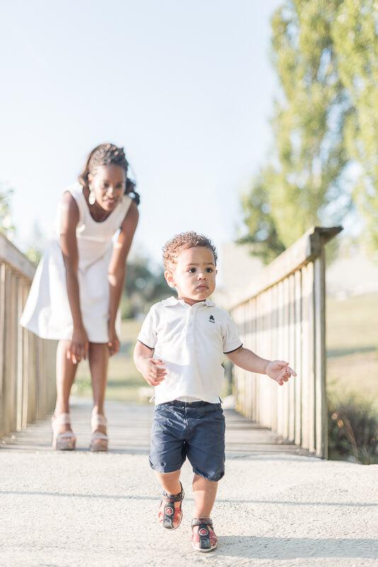 Séance photo de famille pour les premiers pas de votre enfant au coucher de soleil