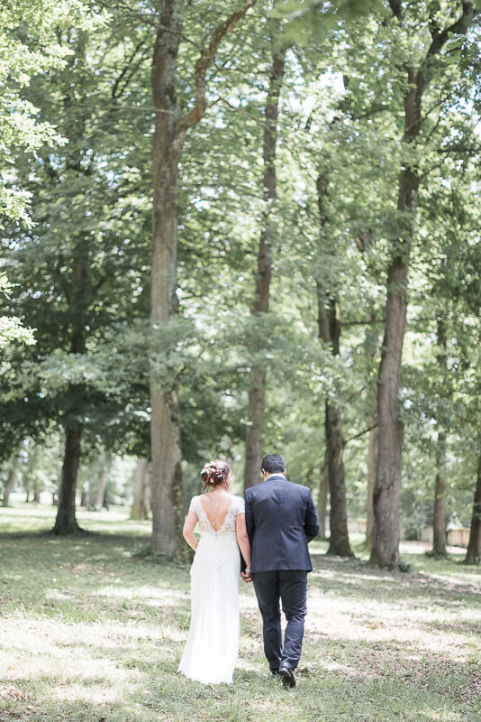 Photo des mariés dans le parc du domaine de Preissac près de Toulouse