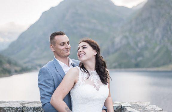 Séance photo Day After pour les un an de mariage au bord d'un lac de montagne en Ariège