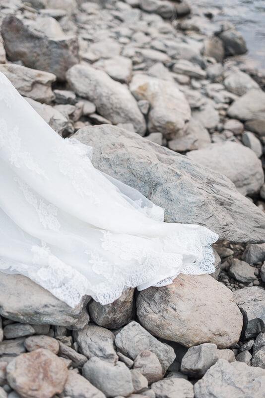 Robe de mariée Cymbeline pour une séance trash the dress à la montagne
