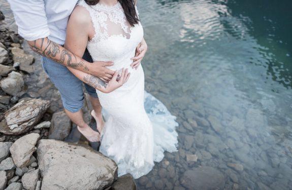 Photographe trash the dress et séance d'engagement au bord d'un lac de montagne dans les Pyrénées