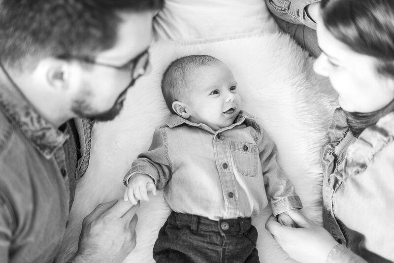 Photo de famille avec un bébé à Toulouse