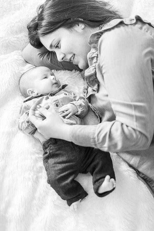 Maternage proximal lors d'une séance photo de naissance à Toulouse