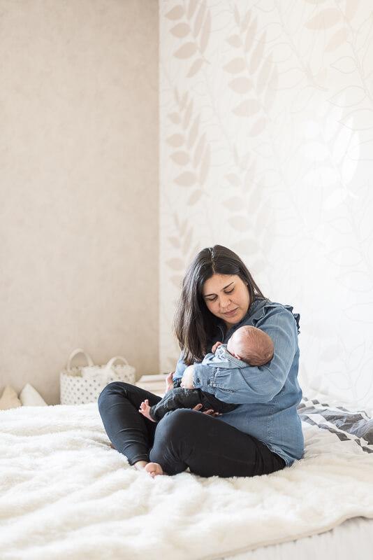 Séance photo de naissance à domicile à Toulouse dans la chambre parentale