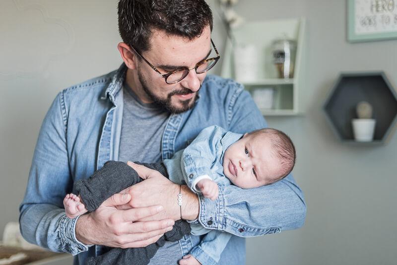 Photo de papa et bébé dans la chambre de bébé à Toulouse