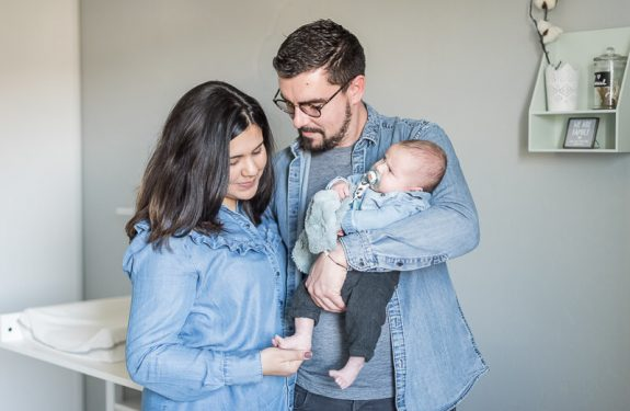 Photos de famillependant une séance naissance lifestyle à Toulouse