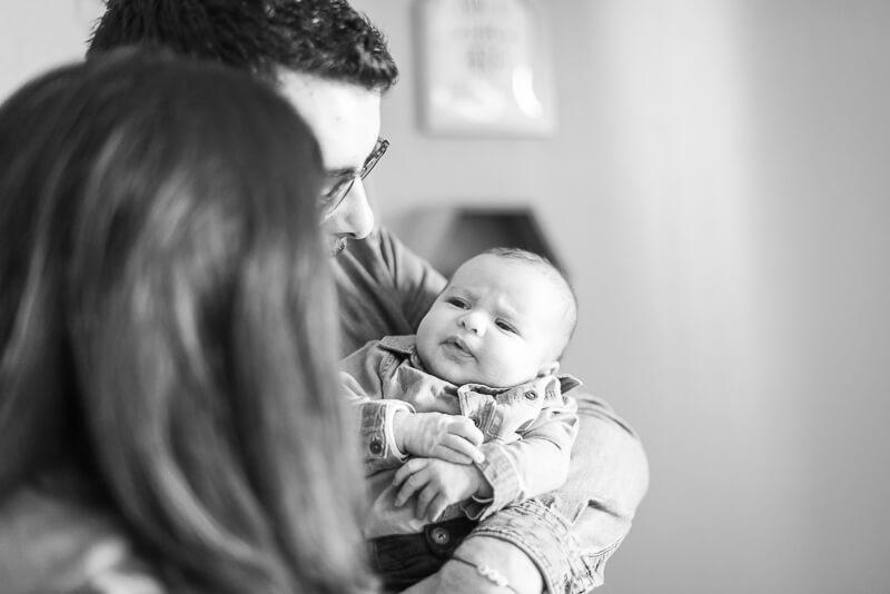 Photo de parents et bébé dans la chambre de bébé à Toulouse