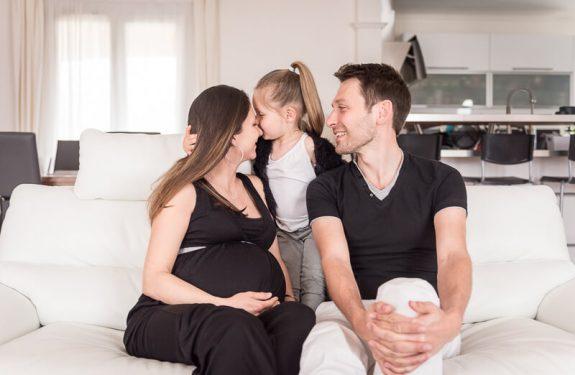 Séance photo de grossesse en famille à la maison à Toulouse