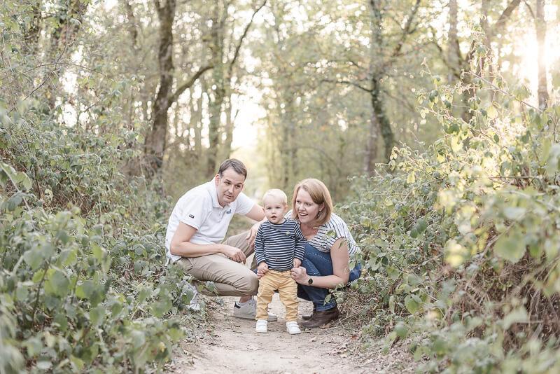 Séance photo de famille en extérieur en automne en forêt à Toulouse