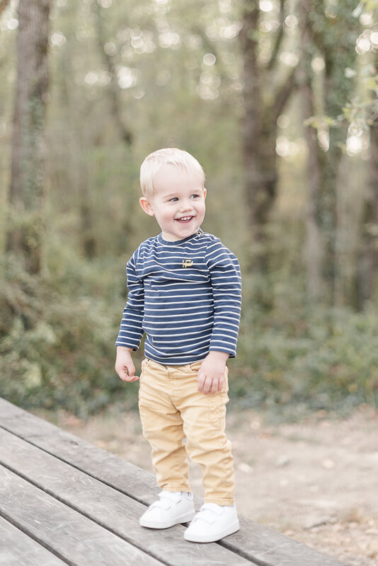 Photo d'enfant de deux ans en extérieur à Toulouse