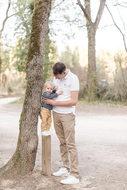 Photo père et fils au naturel en forêt près de Toulouse