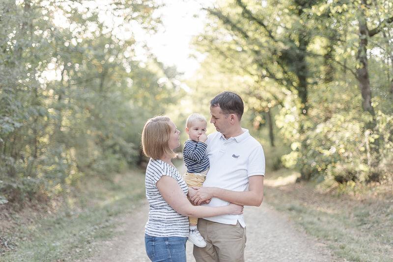 Séance photo d'automne en famille en forêt à Toulouse avec un enfant de deux ans
