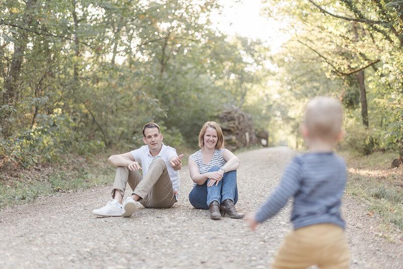 Séance photo de famille vivante et naturelle en forêt près de Toulouse