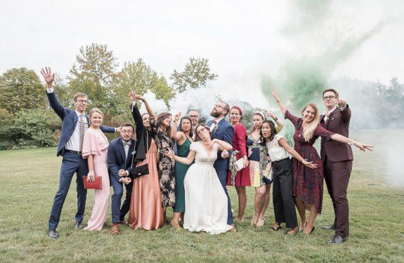 Photo de groupe fun avec fumigènes aux Jardins de Courisana à La Romieu