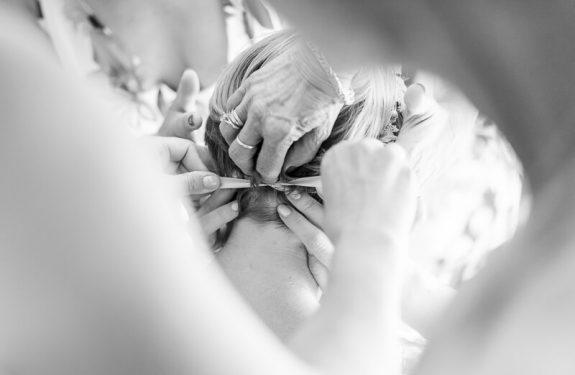 Préparatifs de la mariée à la Métairie du Château, laçage de la couronne de fleurs fraîches
