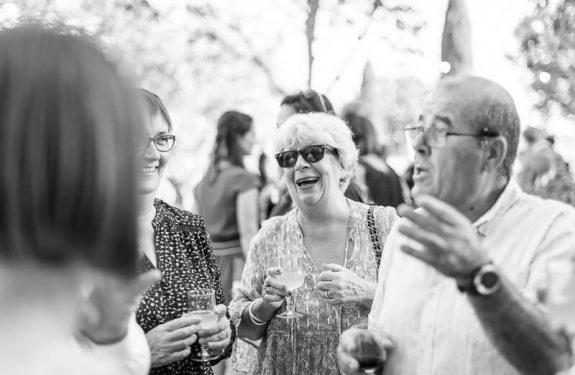 Photo sur le vif des invités lors d'un mariage au Domaine de Rochemontès près de Toulouse