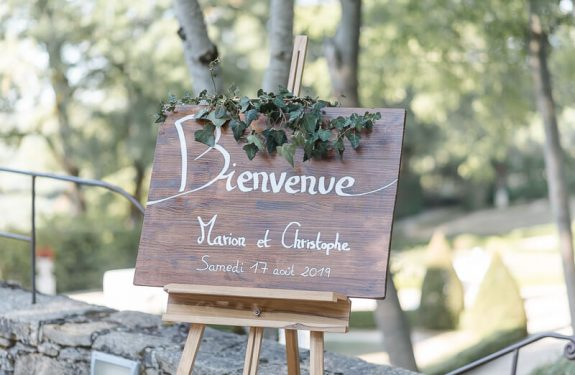 Se marier au Château de Cas, panneau de bienvenue en bois