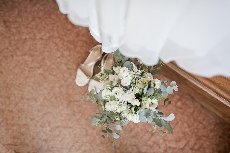 Préparatifs de la mariée dans l'Aveyron, chaussures Bobbies et robe Alfredo Vaez