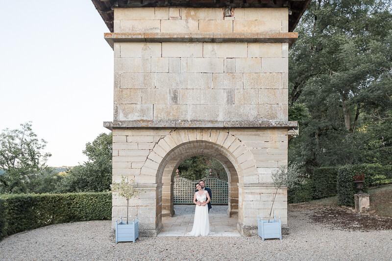 Séance photo de couple de mariés au Château de Cas à Espinas