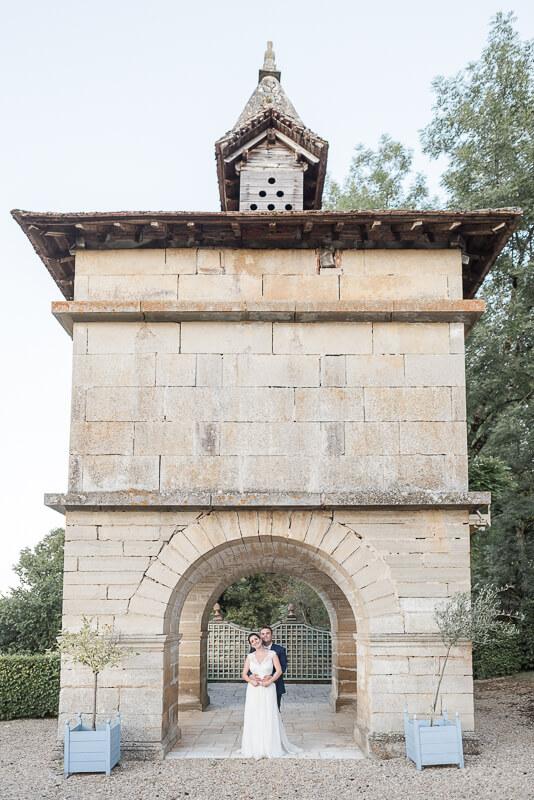 Les mariés sous le pigeonnier au Château de Cas par Christelle Lacour photographe de mariage