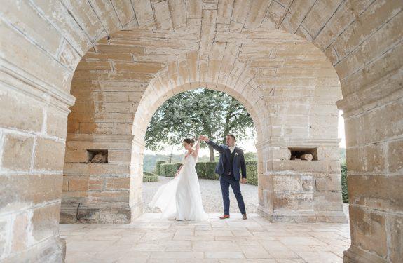 Photo des mariés au Château de Cas, robe de mariée Alfredo Vaez, costume Atelier Coqlicot