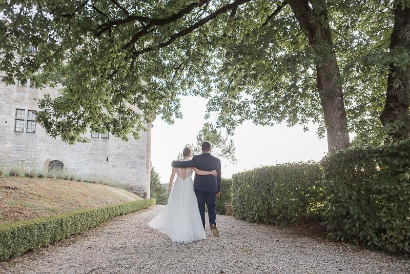 Photo de mariés au Château de Cas, robe de mariée Alfredo Vaez, costume Atelier Coqlicot