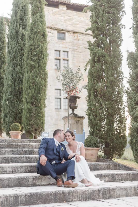 Photo de mariage au Château de Cas, robe de mariée Alfredo Vaez, costume Atelier Coqlicot, chaussures Bobbies