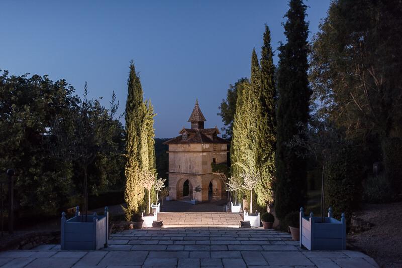 Se marier au Château de Cas, les escaliers et le pigeonnier de nuit