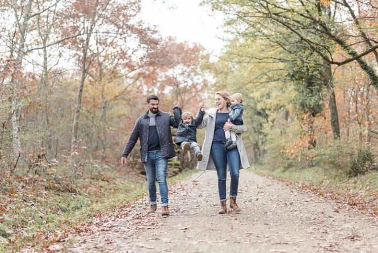 Séance photo de famille en automne en forêt près de Toulouse