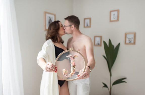 Séance Photo de grossesse en couple en intérieur à Toulouse