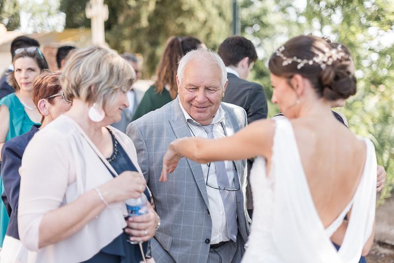 La mariée fière de son alliance lors d'un mariage religieux près de Toulouse