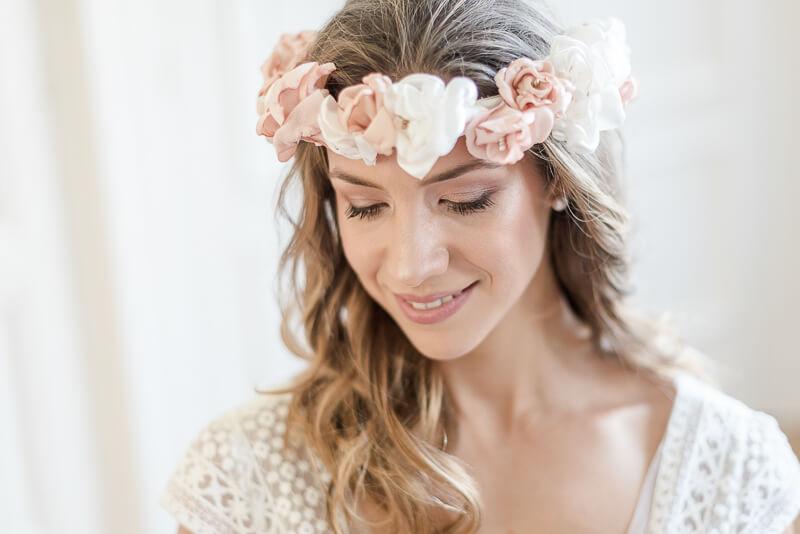 Couronne de fleurs en tissu comme bijou de tête de mariée sur cheveux bouclés et longs