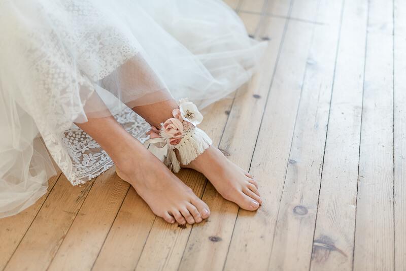 Bracelet de pied bohème en macramé et fleurs en tissu blanc et corail