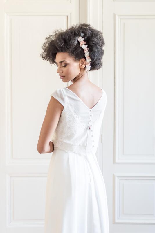 Barrette de cheveux longue ornée de fleurs en tissu blanc et corail pour coiffure side hair