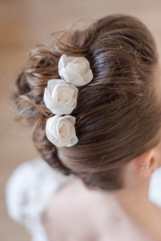 Pinces à chignon ornée de fleurs en tissu blanches par Alice Marty Créatrice