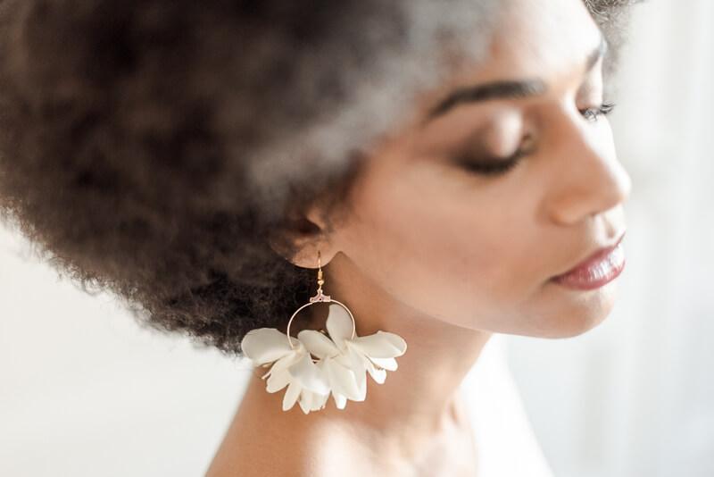Boucles d'oreilles de mariage créoles ornées de fleurs en tissu blanches