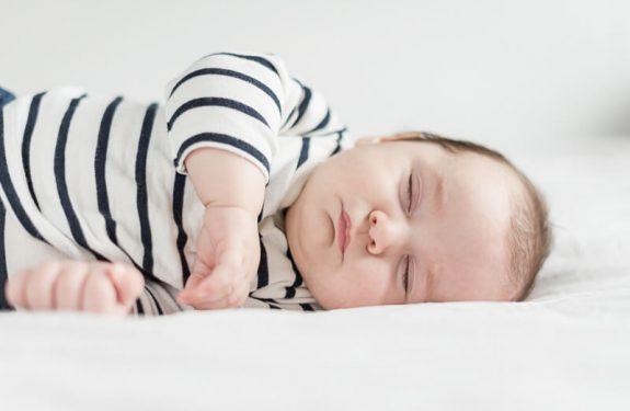 Portrait de bébé endormi pendant une séance photo de bébé de trois mois à domicile à Toulouse