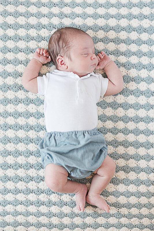 Séance photo de naissance à Toulouse à domicile pour la naissance d'un nouveau-né garçon