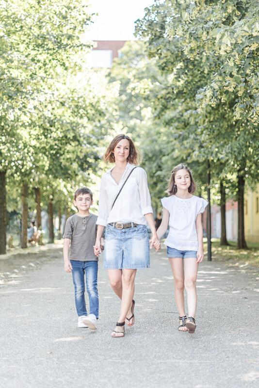 Séance photo de famille avec des grands enfants au Jardin des Abattoirs de Toulouse