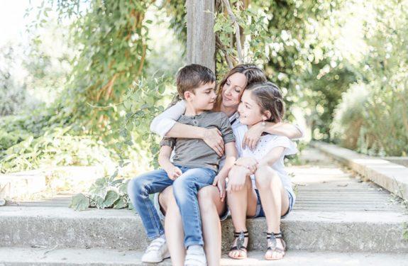 Câlin en famille pendant une séance photo au Jardin Raymond VI à Toulouse en été