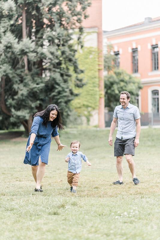 Séance photo de famille au Jardin des Plantes de Toulouse avec un petit garçon de deux ans